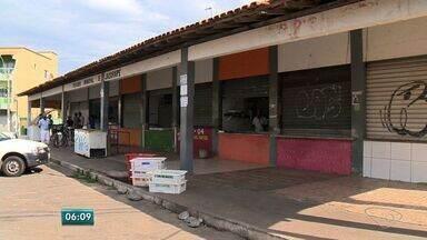 Peixaria Municipal de Jacaraípe está sem energia há três dias, no ES - Sem energia, as mercadorias estão se perdendo.Nove famílias que dependem da peixaria estão tendo prejuízos.