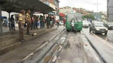 Asfalto cede e ônibus fica preso na Avenida Bonocô - Motoristas devem ter cuidado no trânsito da região; confira as imagens.