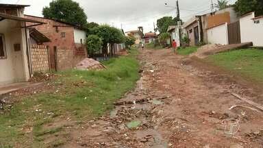 Trabalho paliativo feito pela prefeitura prejudica moradores no bairro Jardim Santarém - Calçada quebrada e buraco prejudicam a acessibilidade de moradores.