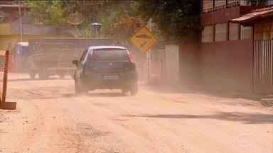 Poeira dificulta respiração de moradores depois do acidente com a barragem de Minas Gerais - As ruas de Barra Longa estão cheias de poeira e caminhões molham as vias para amenizar a situação. No posto de saúde, o número de casos de pessoas com problemas respiratórios aumentou 200%.