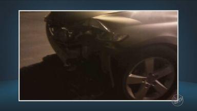 Motorista atravessa linha férrea e se envolve em acidente com trem, em Valinhos - Apesar do susto, a motorista não ficou ferida. Segundo a Guarda Municipal, ela não ouviu o barulho do trem se aproximando.