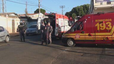 Homem bate o carro e morre ao ter parada cardíaca durante discussão - Acidente aconteceu na manhã desta quarta-feira (25), em São Carlos (SP).Equipes de emergência tentaram reanimar a vítima durante 50 minutos.