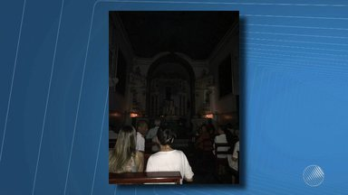 Missa começa sem luz na Igreja de Santo Antônio da Barra, em Salvador - A luz foi cortada pela Coelba. Segundo o padre, foi informado ao funcionário da concessionária que o pagamento é feito em débito automático, mas mesmo assim o procedimento foi realizado. A luz foi religada por volta das 18h30. A Coelba informou que irá apurar o caso.