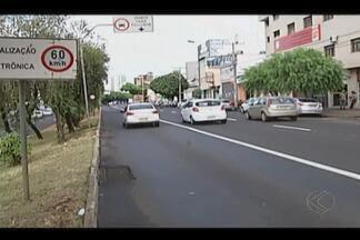 Faixas para ônibus já podem ser usadas por táxis em Uberlândia - Taxistas só podem usar as faixas quando estiverem com passageiro.Classe diz que lei traz mais fluidez ao trânsito e economia para clientes.