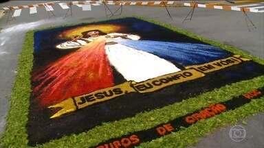 Cidades de todo o Brasil montam tapetes no feriado de Corpus Christi - A tradição do feriado católico de Corpus Christi foi mantida em muitas cidades brasileiras, que enfeitaram ruas para a passagem das procissões.