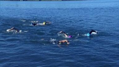 Veja dicas para nadar em águas abertas - A braçada deve entrar próximo aos pés do nadador da frente, sendo 'sugado'. Na largada, é mais 'facil ficar na horizontal, batendo perna.