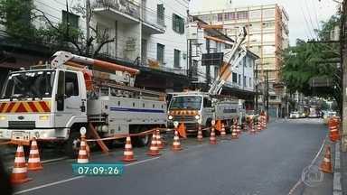 Queda de árvore interrompe trânsito em parte da rua Teodoro Sampaio - Durante a madrugada, parte de uma árvore caiu sobre a fiação na rua Teodoro Sampaio, em Pinheiros. Um trecho da rua chegou a ficar totalmente bloqueado.
