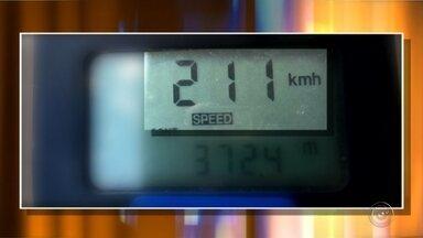 Motorista é multada após ser flagrada dirigindo a 211 km/h em rodovia de SP - Uma motorista foi multada após ser flagrada dirigindo a 211 quilômetros por hora na rodovia BR-153, no trecho entre Marília (SP) a Ourinhos (SP). De acordo com a Polícia Militar Rodoviária, a velocidade foi a maior registrada em todo o Estado de São Paulo durante a operação realizada durante o feriado de Corpus Christi.