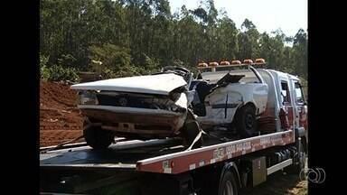 Três pessoas da mesma família morrem em acidente de trânsito, em Goiás - Testemunhas disseram que motorista de um dos veículos parou em um ponto de apoio e, ao retornar para a pista, foi atingido por outro carro.
