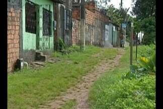 Moradores do centro de Ananindeua denunciam a falta de saneamento básico na área - Prefeitura Municipal prometeu a realização de obras para melhorar a qualidade de vida da comunidade, mas a promessa ainda não foi cumprida.