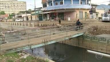 RJ Móvel volta em Realengo para verificar andamento de obras - Essa é a oitava vez que o RJ Móvel estaciona na Rua Pacaembu. Moradores pedem a construção de uma passarela sobre o canal que corta a via.