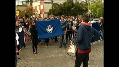 Alunos de escolas de Pelotas e Capão do Leão realizam protesto - Os estudantes sairam as ruas em defesa da greve dos professores.