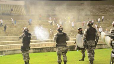 Torcidas de Raposa e Belo se estranham e PM usa gás de pimenta e bala de borracha - Confusão foi registrada após a primeira partida do Campeonato Paraibano, vencida pelo Campinense por 3 a 2.