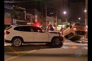 Homem é preso e adolescente apreendido após assaltar vítima em avenida de Belém - Os suspeitos levaram o carro da motorista e, na fuga, bateram em outro veículo, capotando no trânsito.