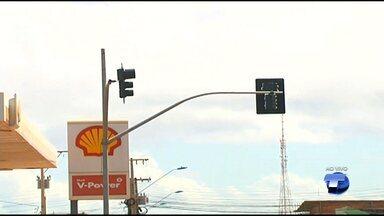SMT instala semáforos na Av. Sérgio Henn com a Av. Anísio Chaves em Santarém - Conversão à esquerda será proibida para quem trafegar na Anísio Chaves. Condutores receberão orientação por 30 dias até se adaptarem.