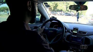Motoristas do Uber criam associação após discussão com taxistas em GO - Objetivo é acelerar o processo de regulamentação do serviço pela prefeitura. Categorias disputaram espaço de trabalho entre si na rodoviária de Goiânia.