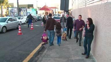 Motoristas de Guarapuava reclamam do trânsito nas entradas e saídas de escolas da cidade - Circular perto de algumas escolas nestes horários é realmente complicado.