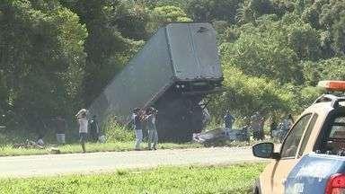 Acidente envolvendo duas carretas deixa feridos no município de Juquiá - Colisão ocorreu na manhã desta quinta-feira na Rodovia Régis Bittencourt.