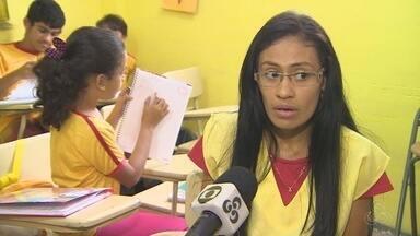 Professora no AM auxilia alunos com dificuldades em português - Professora no AM auxilia alunos com dificuldades em português.