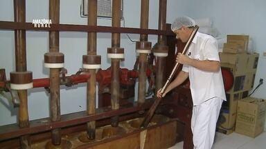 Conheça a história de um gaúcho que ganha a vida fazendo paçoca de carne seca - Paçoca é processada em uma máquina construída pelo pai.
