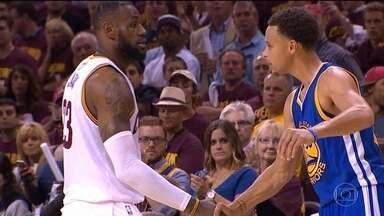 Lebron James e Stephen Curry fazem um duelo de craques na NBA. Warriors vencem primeira! - GS Warriors bateu o Cleveland Cavaliers no primeiro jogo