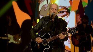 Erasmo Carlos canta Sentado à Beira do Caminho no palco do Fantástico - Cantor comemora 75 anos de vida com grandes sucessos.