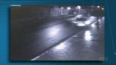 Polícia abre inquérito para apurar morte de adolescente em acidente de carro - Câmeras de segurança de um condomínio registraram o acidente. O rapaz de 17 anos dirigia o carro e bateu violentamente contra um poste. Foi no domingo de madrugada, na zona Norte de Londrina. O jovem morreu na hora.