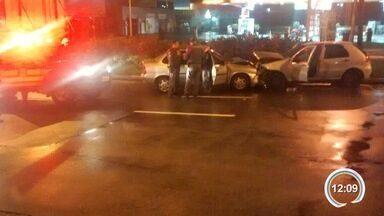 Dois carros bateram de frente em rua paralela à Bacabal - Acidente foi por volta de 1h30 da madrugada desta segunda.