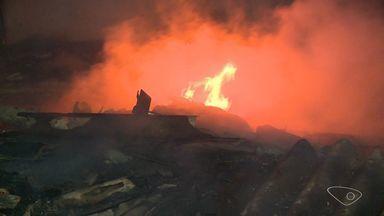 Incêndio em galpão assusta moradores de Vila Velha, ES - Medo era de explosão por causa de tanques de combustível guardados.Fogo começou por volta das 18h deste domingo e foi controlado às 20h.