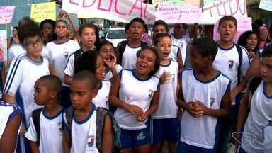 Estudantes protestam por conclusão de obra de escola em Vitória - A Secretaria de Educação disse que aguarda a fase de captação de mais R$ 5 milhões para concluir a obra da escola Paulo Freire, em Inhanguetá.