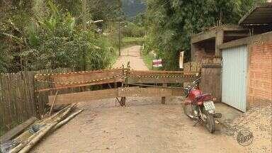 Moradores se arriscam ao atravessar ponte em construção em Delfim Moreira (MG) - Moradores se arriscam ao atravessar ponte em construção em Delfim Moreira (MG)