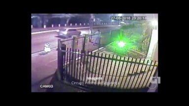 Vídeo flagra homem pulando em grade para escapar de carro desgovernado Friburgo - Veículo estava em alta velocidade.