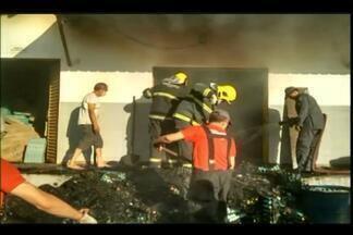 Bombeiros combatem incêndio em depósito de granja em Delta - Chamas atingiram depósito de embalagens para ovos, neste domingo (5). Não houve registro de feridos.