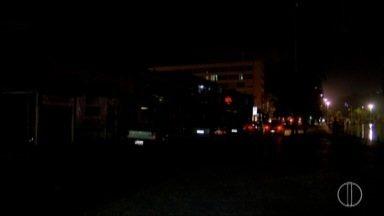 Parte do Boulevard Canal, em Cabo Frio, RJ, fica sem fornecimento de energia - Segundo comerciantes, o problema começou no domingo (5) e persiste até esta segunda (6).