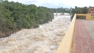 Nível do rio Tietê em Salto sobe por causa da chuva - Segundo a Defesa Civil, desde sexta-feira (3), choveu 100 milímetros na cidade. Só neste final de semana choveu o dobro do que era esperado para o mês inteiro. Nesta segunda-feira (6), o volume do rio Tietê subiu de 300 metros cúbicos por segundo para 530.