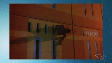 Detento tenta fugir e fica preso em janela de ventilação da cela no ES - Corpo de Bombeiros foi acionado para resgatar o preso, disse a Sejus.Corregedoria está apurando as circunstâncias da tentativa de fuga.