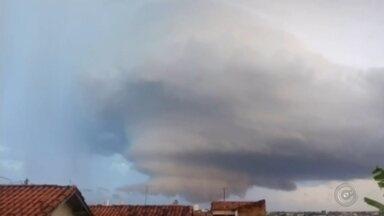 """Formação de nuvem gigantesca assusta moradores de Tupã - A formação de uma """"supercélula"""" no céu de Tupã (SP) assustou moradores e motoristas, no final da tarde de domingo (5). A grande nuvem, que se dissipou antes de atingir o solo da cidade, foi fotografada por diversos ângulos."""
