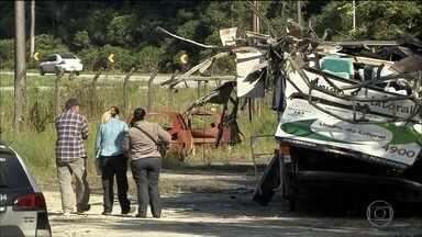 Peritos da Polícia Científica fazem vistoria em ônibus que tombou na Mogi-Bertioga - Na manhã deste sábado (11), peritos da Polícia Científica fizeram uma vistoria no ônibus que tombou na Rodovia Mogi-Bertioga. Dezoito pessoas morreram no acidente.