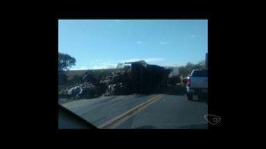 Carroceria se desprende de carreta e tomba na BR-259, em Colatina - PRF informou que o motorista estava sozinho e não se feriu.Trânsito seguiu em meia pista e deixou um longo engarrafamento.