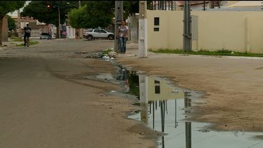 Moradores do Jardim Maravilha, em Petrolina, sofrem com os esgotos estourados - De acordo com os moradores, esse problema com os esgotos existe desde o ano passado.