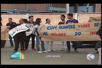 Residentes do HC-UFU protestam após restrição no atendimento - Hospital escola 'fechou as portas' do pronto-socorro em Uberlândia. Quase 270 médicos residentes atuam no hospital.