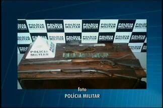 PM apreende armas em bairro de Divinópolis - Após briga de irmãos de 62 e 67 anos, polícia foi ao local e encontrou duas espingardas e vários cartuchos. Idosos e materiais foram encaminhados à delegacia.