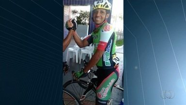 Ciclista morre ao ser atingido por caminhonete na GO-420, em Goianira - Acidente aconteceu quando Leandro Eterno pedalava com dois amigos. Segundo a polícia, motorista pode responder por homicídio culposo.