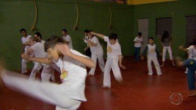 Projeto social ensina capoeira há 15 anos em Campo Grande - Há 15 anos, um projeto social em Campo Grande já ganhou mais de 5 mil adeptos. É a capoeira que cativa logo no primeiro toque do berimbau.