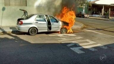Veículo pega fogo em cruzamento na zona oeste de Marília - Um veículo pegou fogo nesta terça-feira (14) à tarde no cruzamento das ruas João Nabuco e 24 de dezembro, na zona oeste de Marília (SP). Segundo os bombeiros, a mulher estava sozinha no carro. Ela parou e depois que desceu as chamas começaram na parte da frente do veículo.