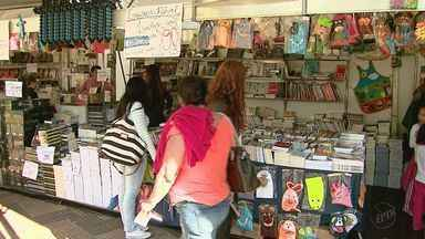 Vendedores ainda não viram grande movimento nos estandes da Feira do Livro - Alguns já começaram a cortar preço para ver se até o fim de semana a coisa melhora.