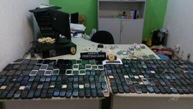Agentes encontram mais 300 celulares em celas de presídios da Grande Fortaleza - Vistorias foram feitas em duas unidades da região.
