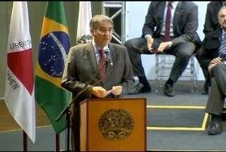 Governador entrega veículos escolares para cidades mineiras - Evento foi marcado por nova manifestação de servidores do meio ambiente.