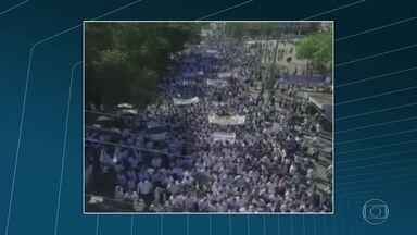 Moradores de São João de Meriti fazem caminhada pedindo paz - Moradores de São João de Meriti, na Baixada Fluminense, fizeram uma caminhada pedindo paz.
