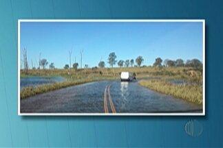 Cidades do Alto Tietê ainda têm reflexos deixados pela chuva - Segundo a Sabesp, estrada da Vila Ipelândia, em Suzano, esta desativa.